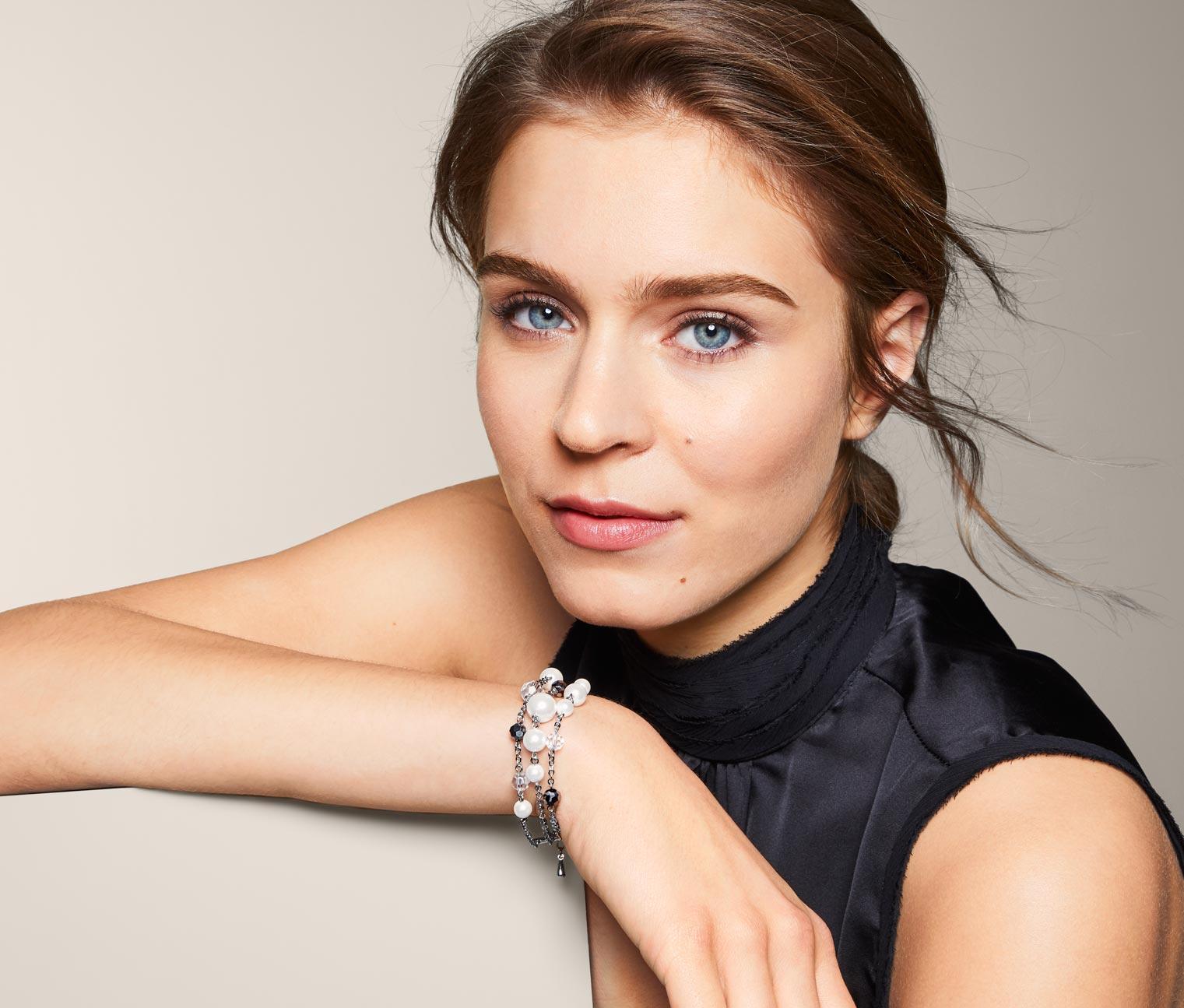 Image of Armband verziert mit Glasperlen und Glaskristallen